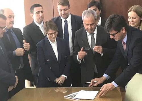 Mato Grosso assina o primeiro seguro avícola do mundo